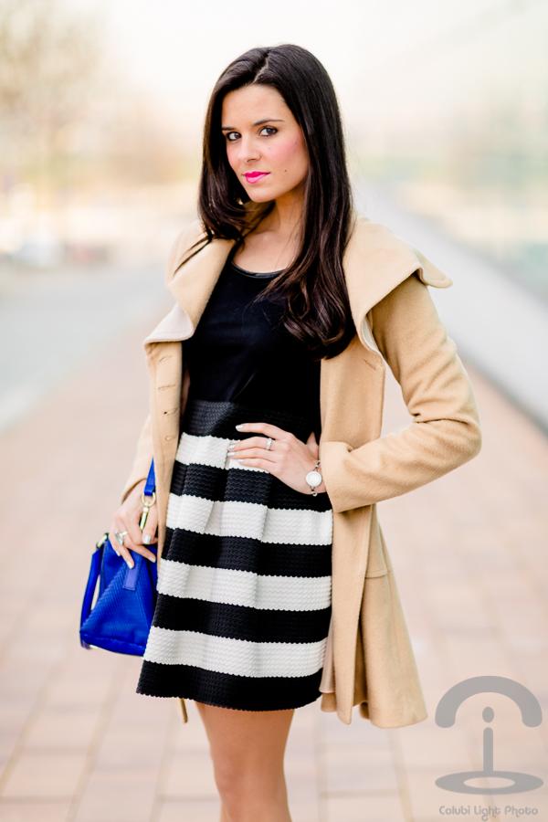 Como combinar un vestido negro con rayas