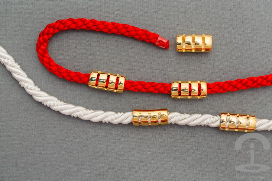 Esta manualidad de cómo hacer un collar de nudos celta con cordones de diferentes colores. Sencillo y fácil de hacer siguiendo la secuencia de las imágenes mientras realizamos los nudos. En cheswick-stand.tk te explicamos cómo hacer un collar de nudos celta con cordones.
