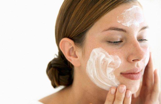 Mujer aplicándose crema hidratante: Cuidar piel a partir de los 30
