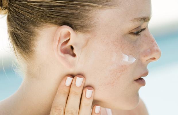 mujer crema cara cuidar piel inconvenientes primavera
