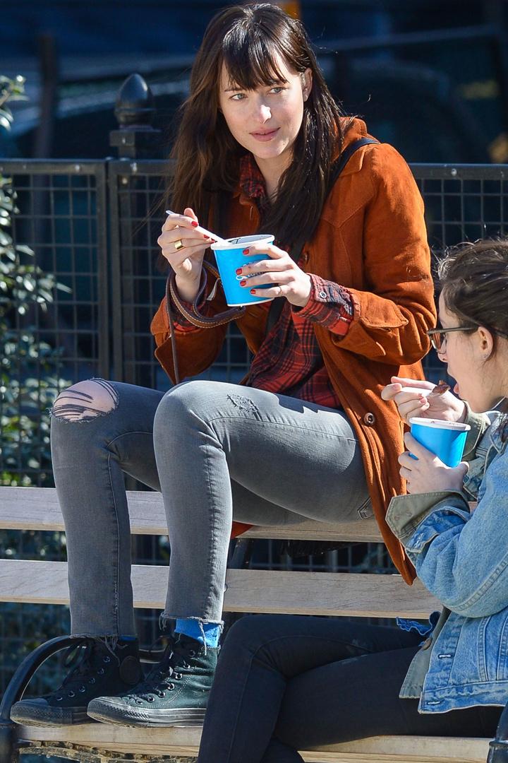 Dakota Johnon tomándose un helado con una amiga