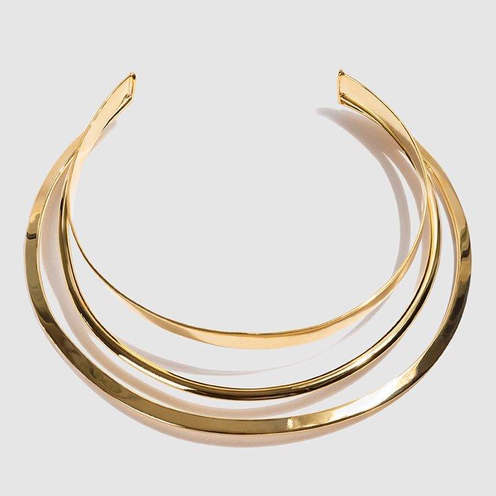 Collar triple dorado de Daniel Espinosa Adria: complementos look fiesta