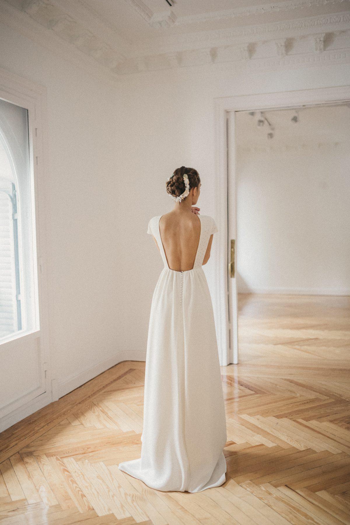 Vestido de novia con escote en la espalda de la colección Danseuse de Cherubina