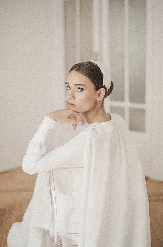Vestido de novia con capa de la colección Danseuse de Cherubina