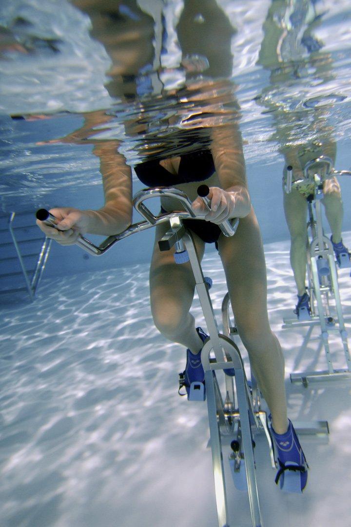 Pedalea bajo el agua como ejercicio de piscina