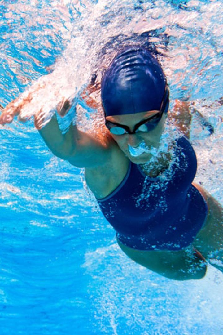 nadar a crol es muy recomendable para realizar en la piscina