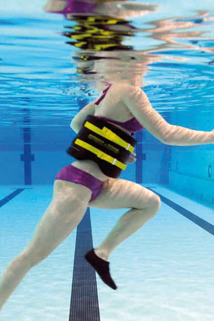 ejercicio de subir las piernas al pecho, para trabajar en la pisicna