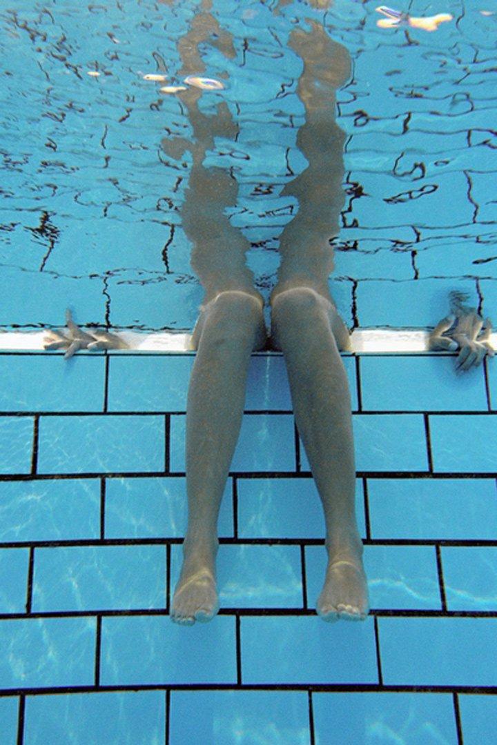 mover las piernas es un ejercicio que se recomienda realizar en la piscina