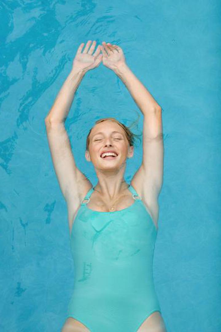 En la piscina prueba a hacer este ejercicio: rota sobre tu propio cuerpo sosteniendo una pelota