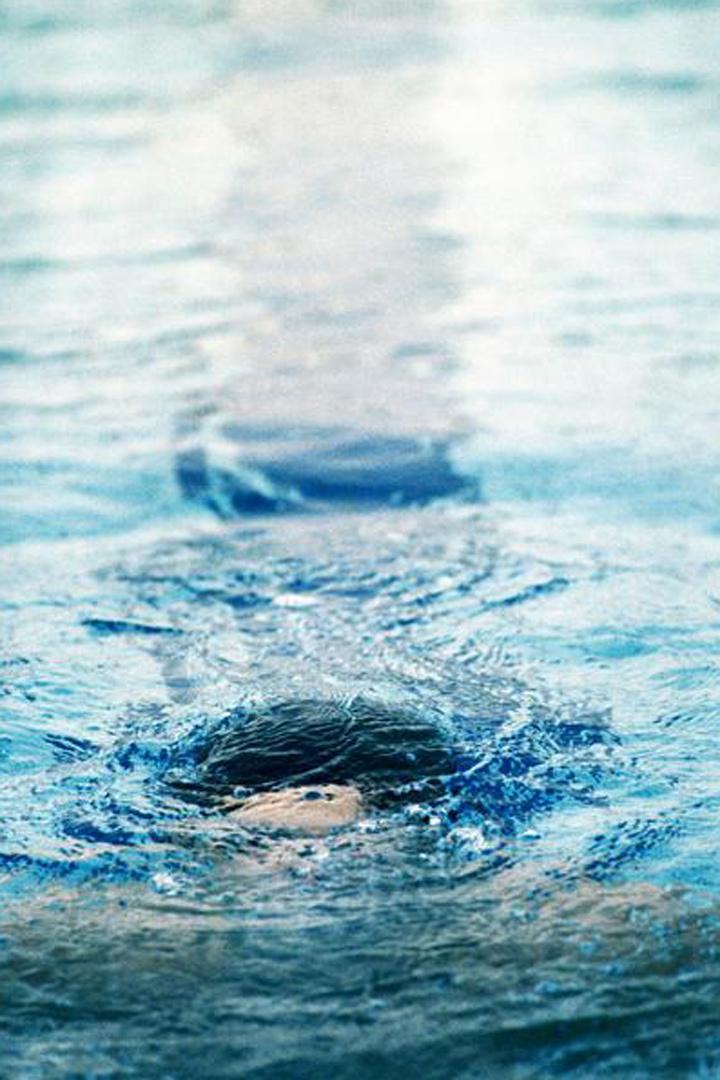 Nada y bucear, ejercicios que se recomienda realizar en la piscina para tonificar