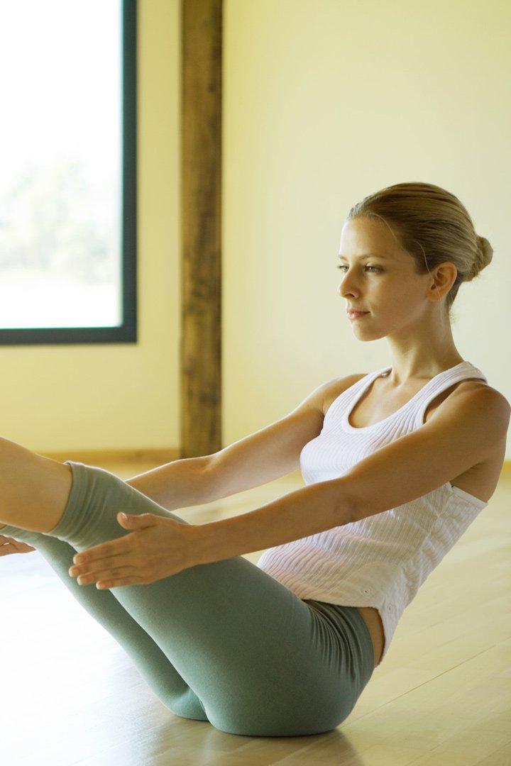 Los ejercicios que se recomiendan para trabajar la zona de los abdominales son las elevaciones de piernas