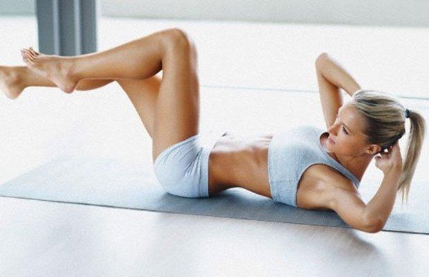 Mujer practicando abdominales