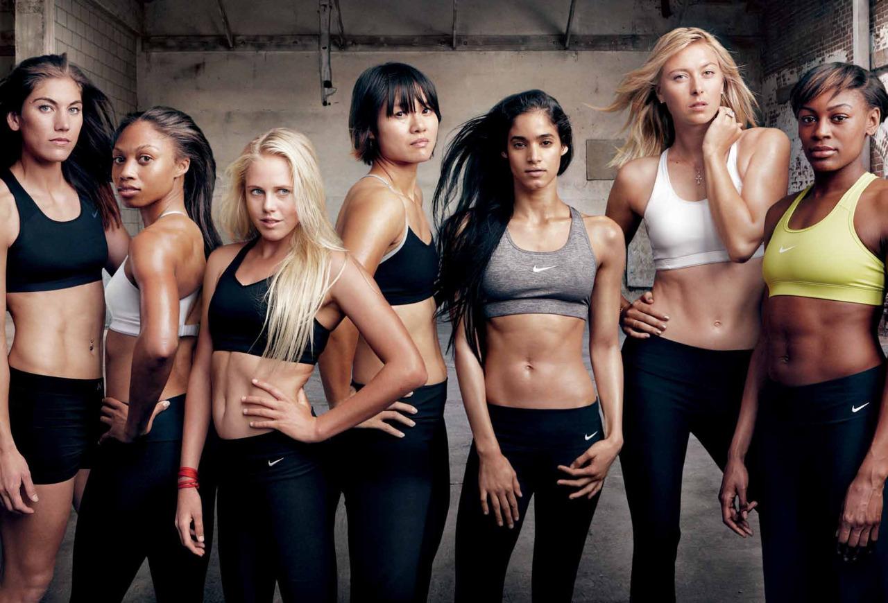 Chicas que practican diferentes ejercicios de fitness