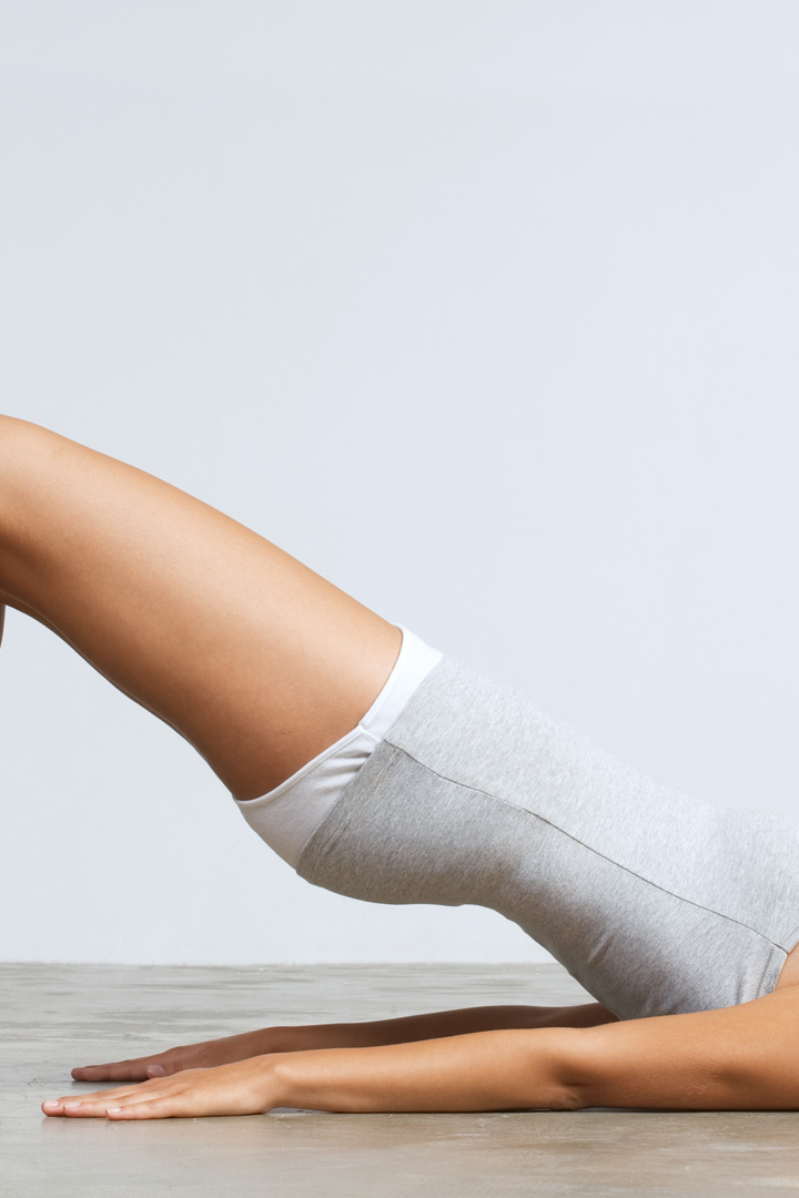 El levantamiento de pelvis es un ejercicios que se recomienda para los glúteos