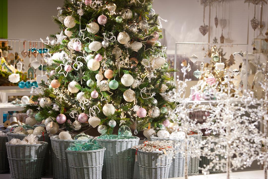Árbol con luces de navidad y guirnaldas de El Corte Inglés