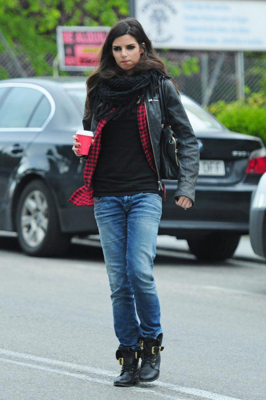 Clara Lago con jeans