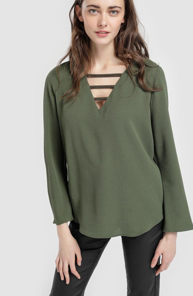 Blusa con manga larga y crucetas en escote de Elogy: blusas día y noche