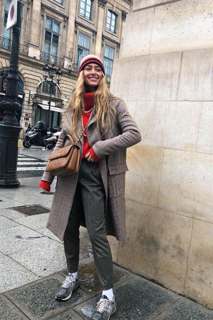 Emili Sindlev con abrigo de cuadros