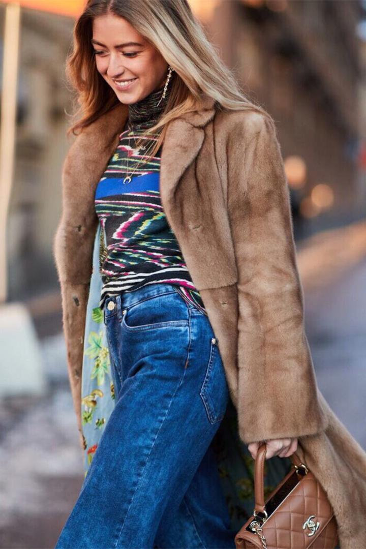 Emili Sindlev con abrigo de pelo