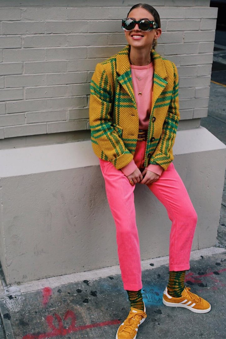 Emili Sindlev con pantalones rosa fucsia