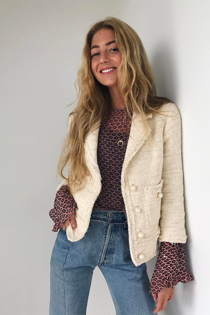 Emili Sindlev con chaqueta chanelera