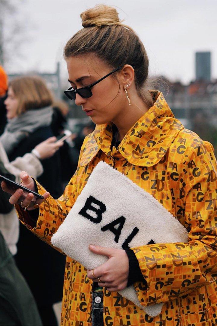 Emili Sindlev con cartera de Blaenciaga