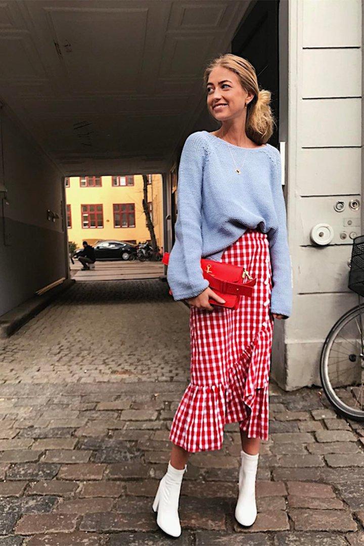 Emili Sindlev con falda de cuadros
