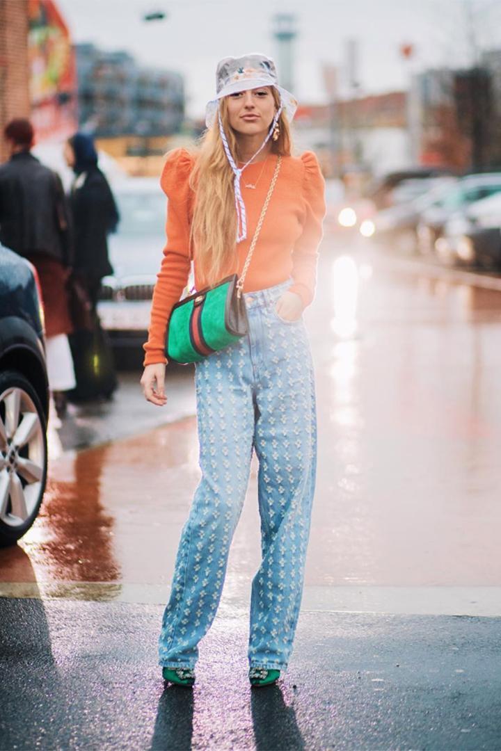 Emili Sindlev con gorro de lluvia