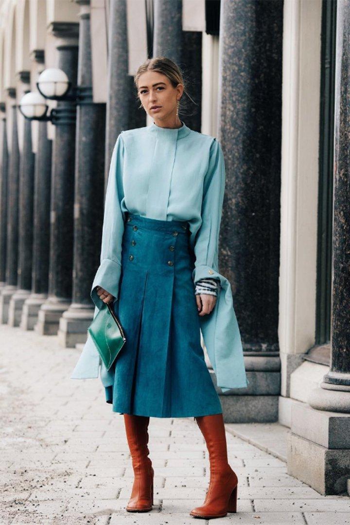 Emili Sindlev con total look turquesa