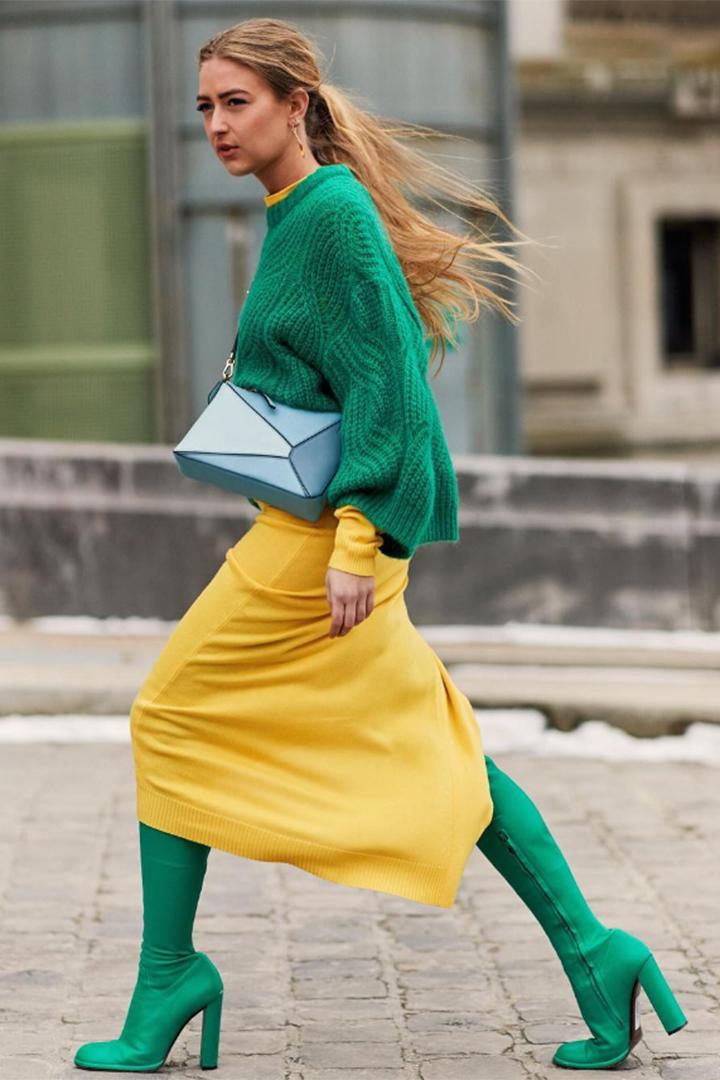 Emili Sindlev con look verde y amarillo