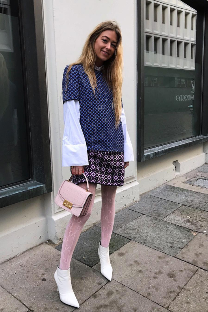 Emili Sindlev con medias rosas