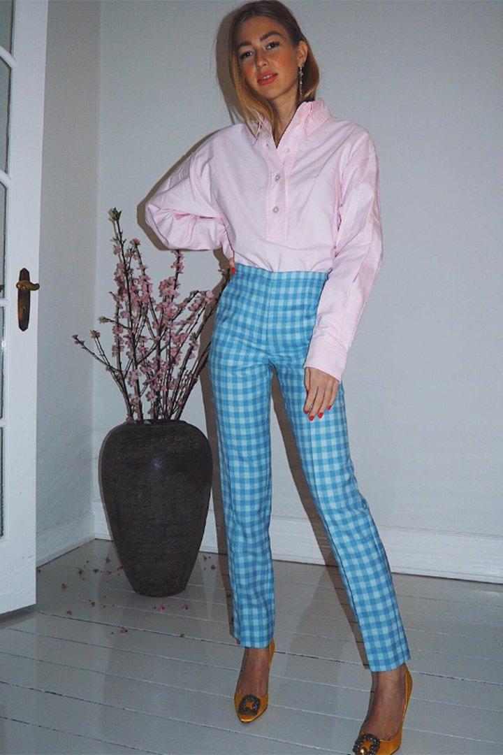 Emili Sindlev con pantalones de cuadros