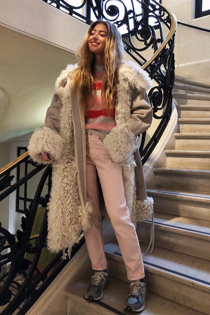 Emili Sindlev con pantalones rosas