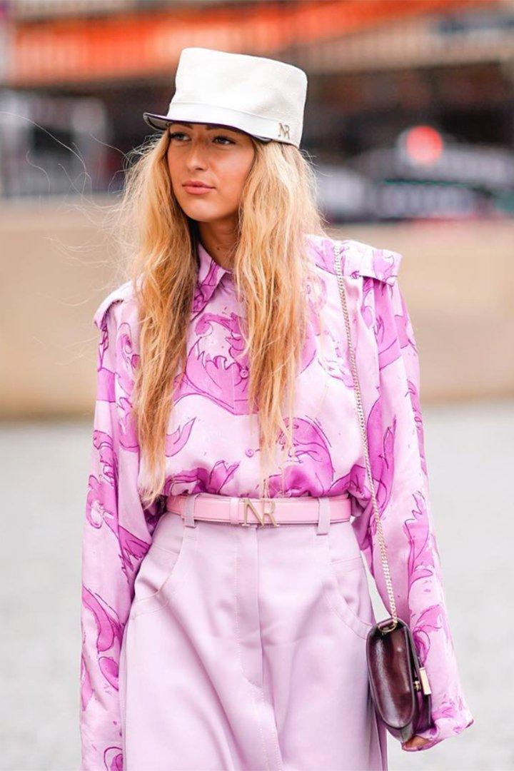 Emili Sindlev con total look en rosa
