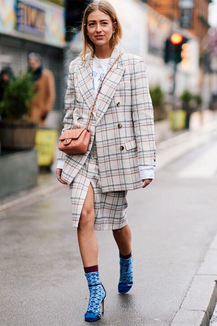 Emili Sindlev con traje de cuadros