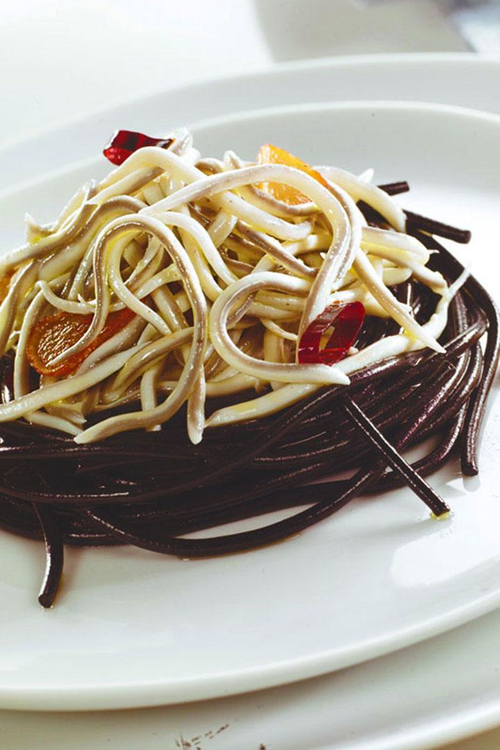 Ensalada de pasta negra con gulas