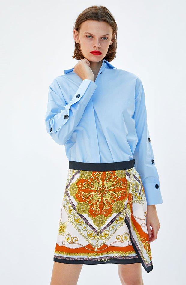 Falda corta de estampado pañuelo de Zara