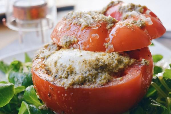 Tomate rosa relleno de burrata y salsa de pesto