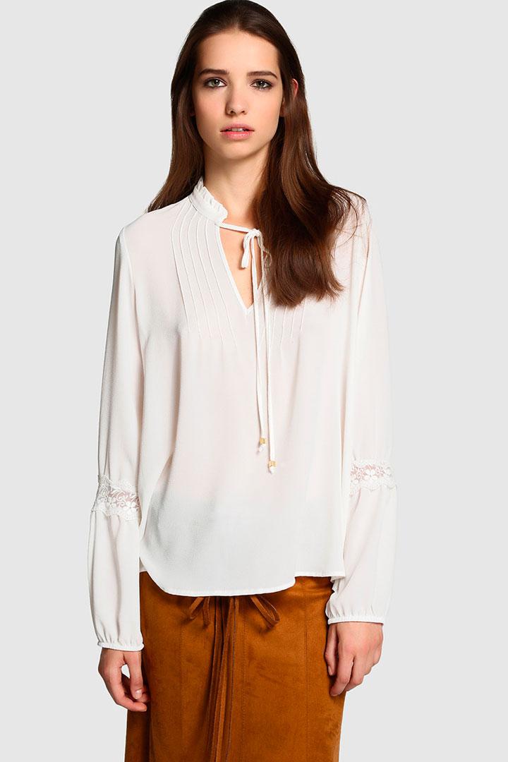Blusa blanca con lazada de El Corte Inglés