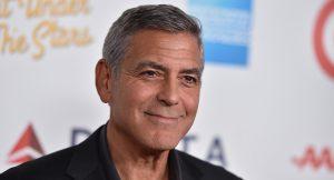George Clooney sorprende a una fan de 87 años con un ramo de flores