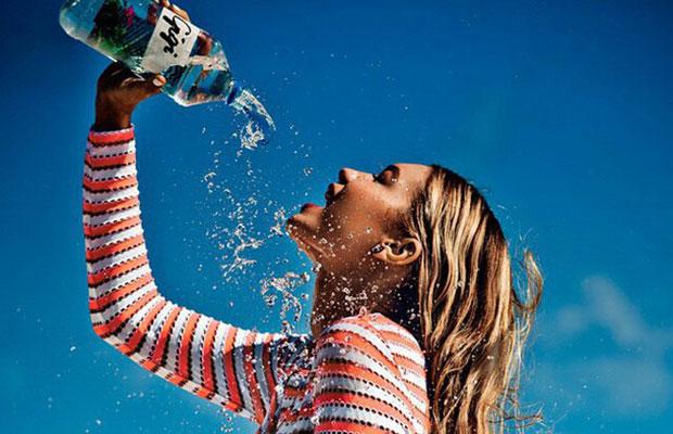 Gigi Hadid bebiendo agua