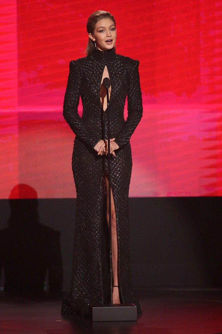 Gigi Hadid durante la gala American Music Awards vestido negro
