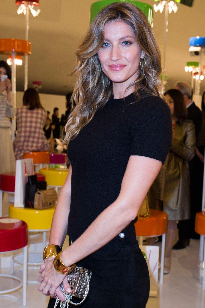 Gisele Bündchen con vestido negro y melena ondulad