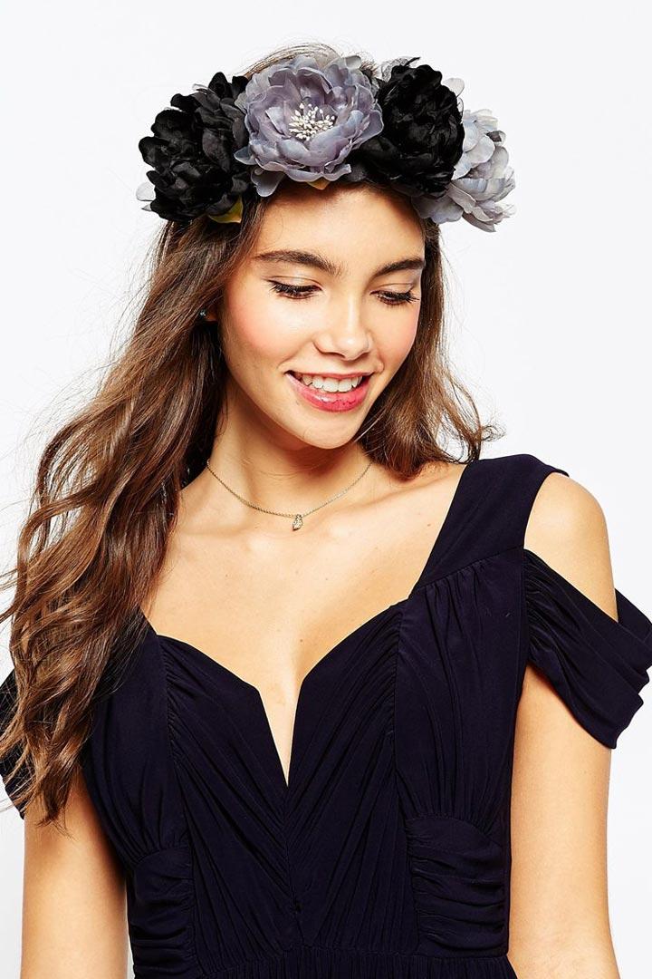 Corona de flores oscuras