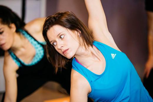 Hot yoga, la disciplina que practica Manuela Vellés. Manuela en clase de yoga