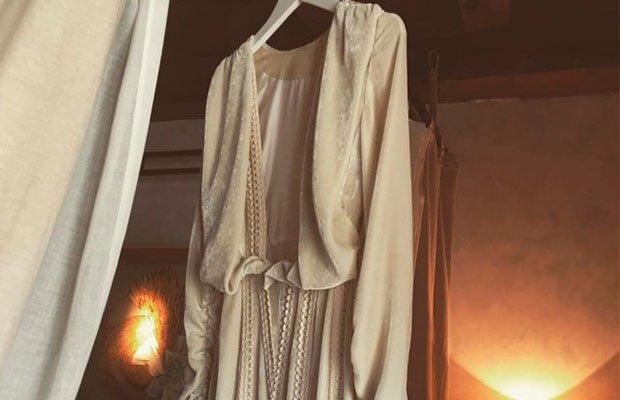 Vestido de novia en una percha