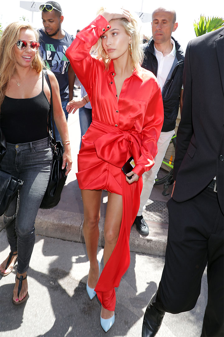 Hailey Baldwin de rojo
