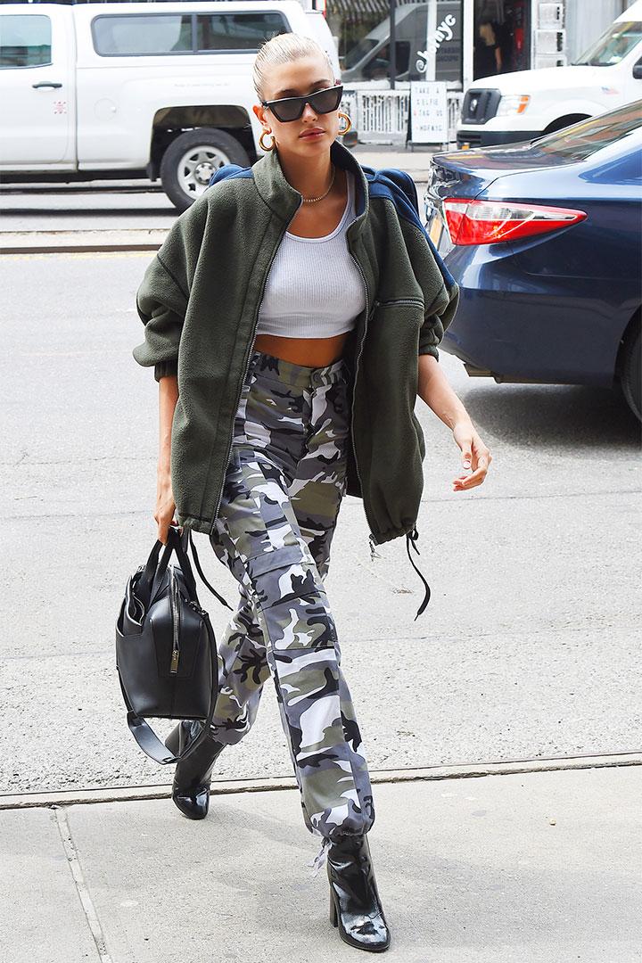 Hailey Baldwin con pantalones de tiro alto