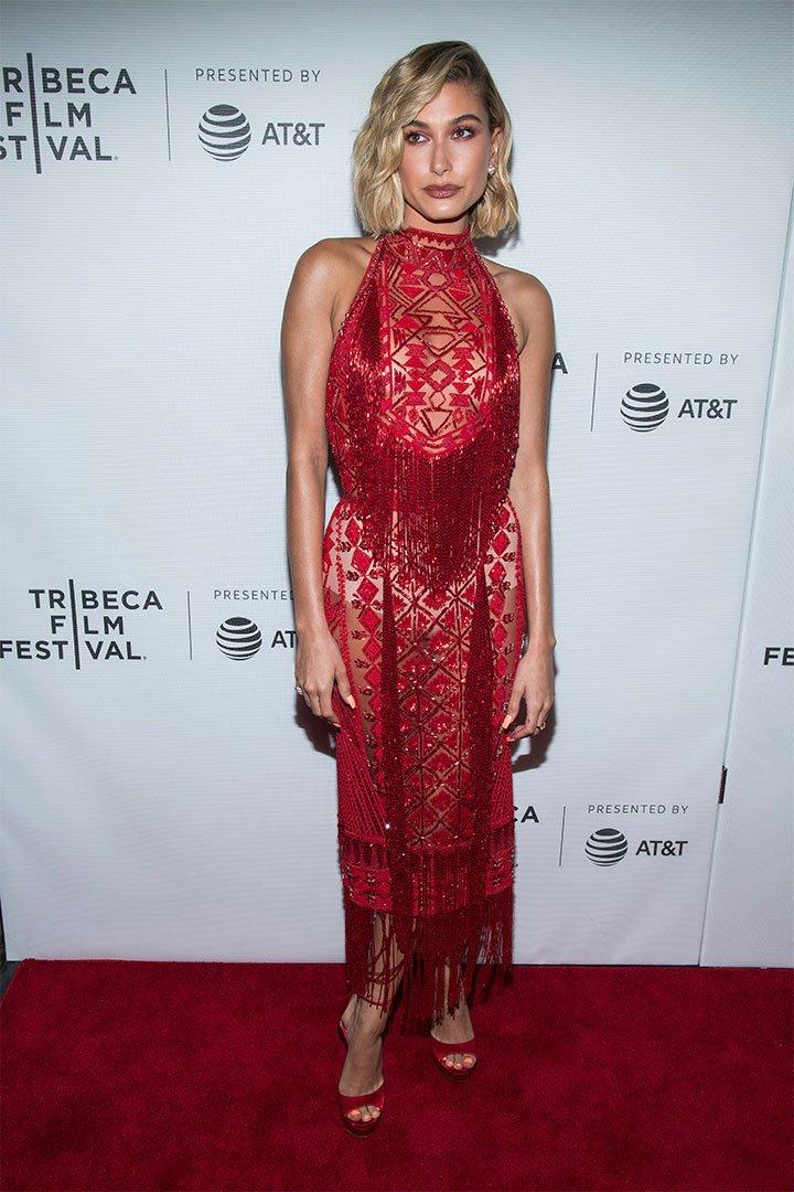 Hailey Baldwin con vestido rojo
