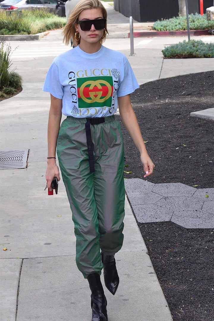 Hailey Baldwin con camiseta de Gucci